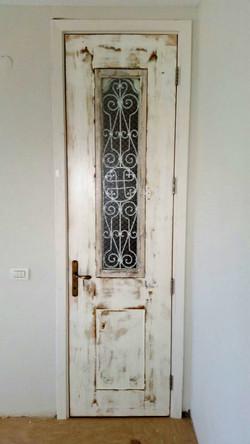 דלת פנים עתיקה משופצת