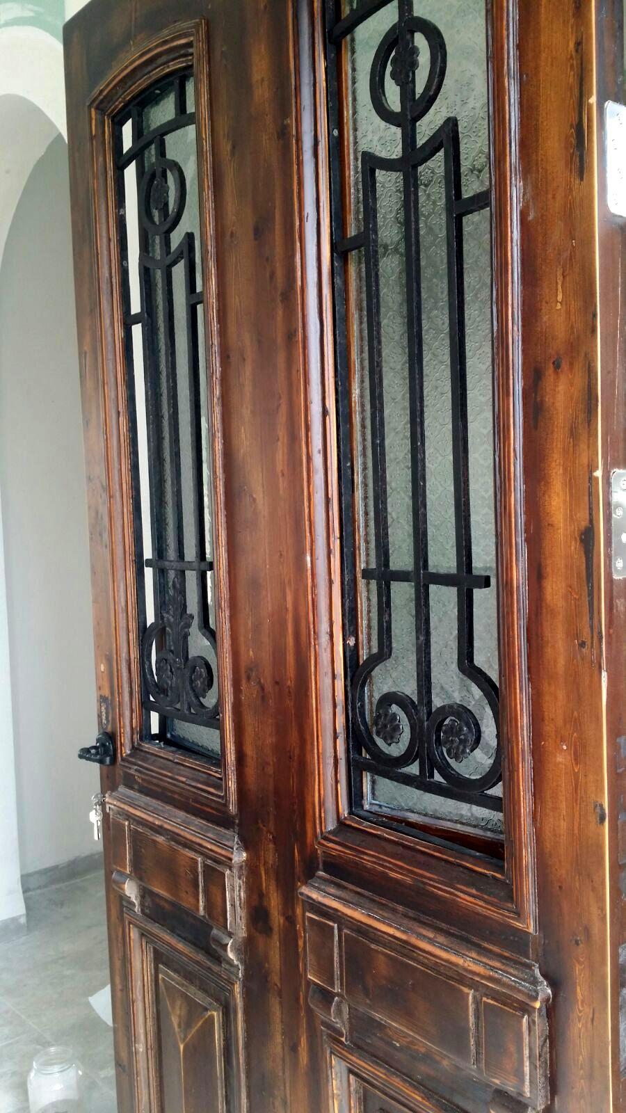 דלת עתיקה אחרי רסטורציה