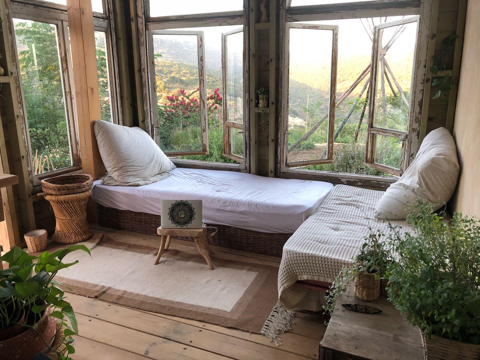 חלונות עתיקים בחדר אירוח