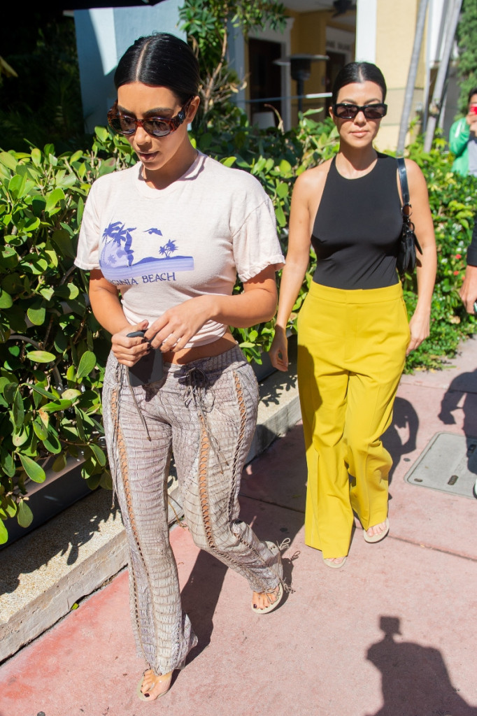 Kim (L) and Kourtney Kardashian