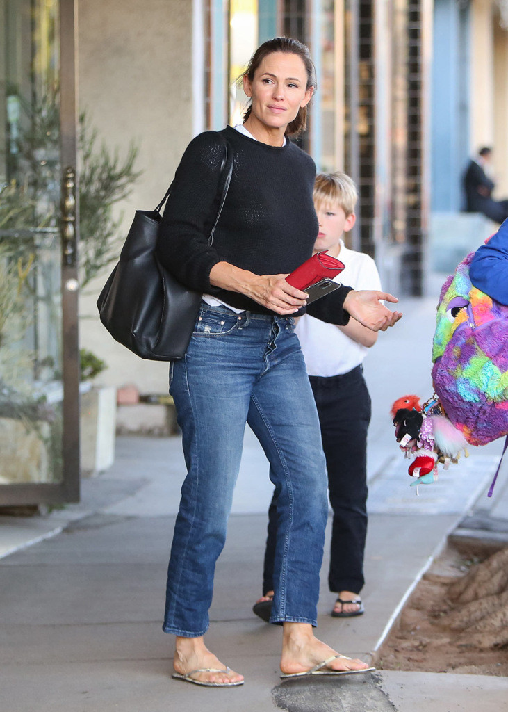 Jennifer Garner wears thong sandals