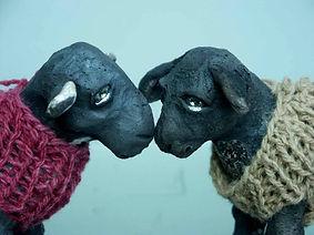 Rakufiguren, Rakuschafe mit Wollpullove Tierfiguren, Atelier 1000blum, Keramikwerkstatt, Töpferkurse,