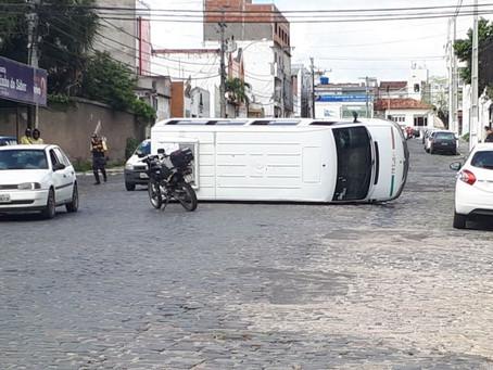 Van capota em acidente com três veículos no bairro Queimadinha
