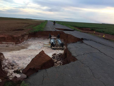 Carro despenca em cratera de estrada estadual no Oeste baiano