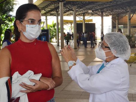 Garis, professores e motoristas já podem receber vacina