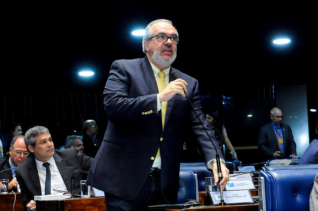 Roberto Muniz discursando (foto_WaldemirBarreto_AgSenado)
