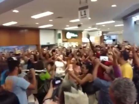 Público canta por Lula no Shopping Barra
