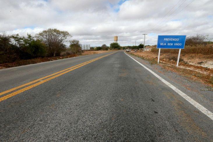 estrada BA 052 em América Dourada