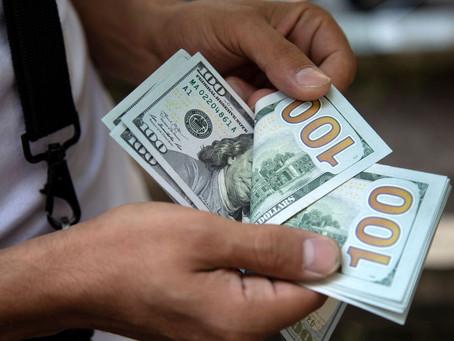 Dólar sobe e Bolsa cai após governo anunciar gastos com Renda Cidadã