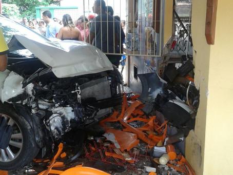 Homem morre após passar mal e invadir praça do Gastão Guimarães com o carro