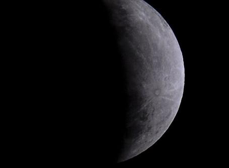 Nasa encontra água na lua (menos de meio litro)