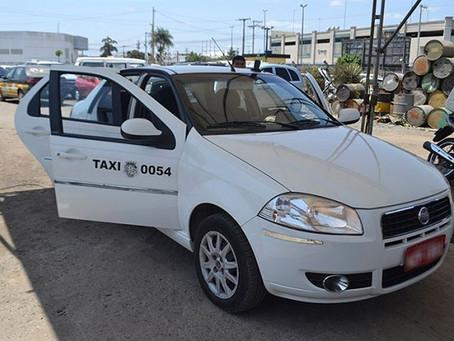 Transporte por táxis e não com carros alugados: uma politicagem a menos