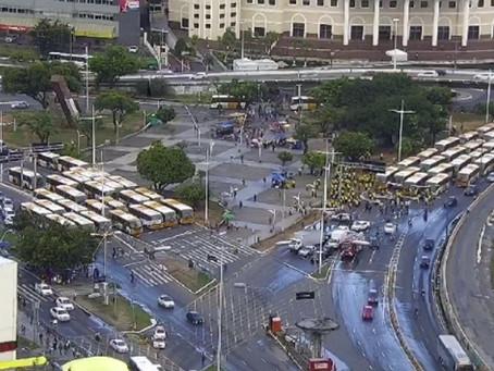 Rodoviários protestam e travam o trânsito em Salvador