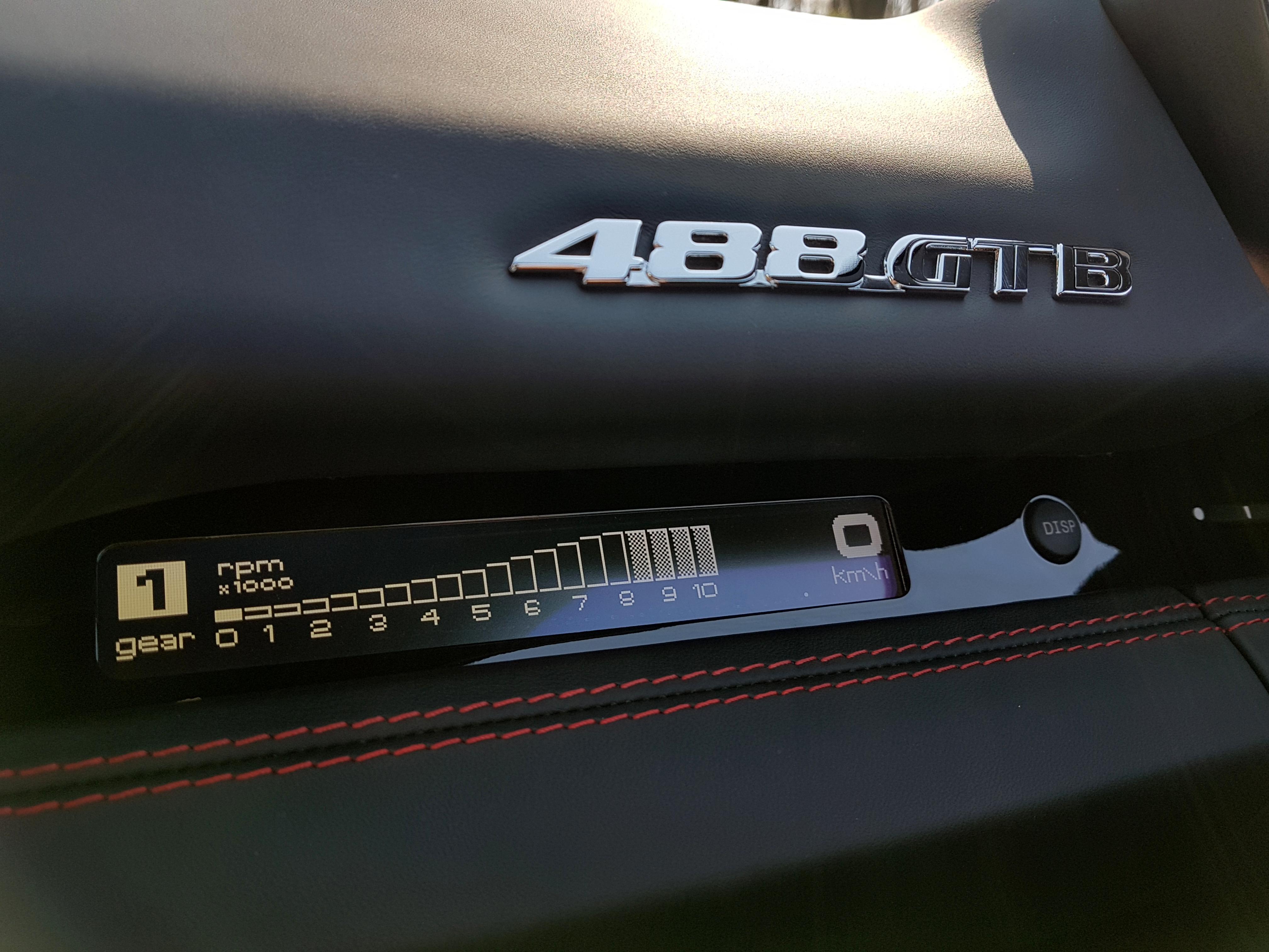 Beifahrer-Display im Ferrari 488GTB