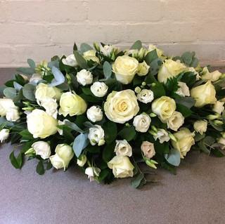 roses-lisianthus-funeral-spray-4655-p.jp