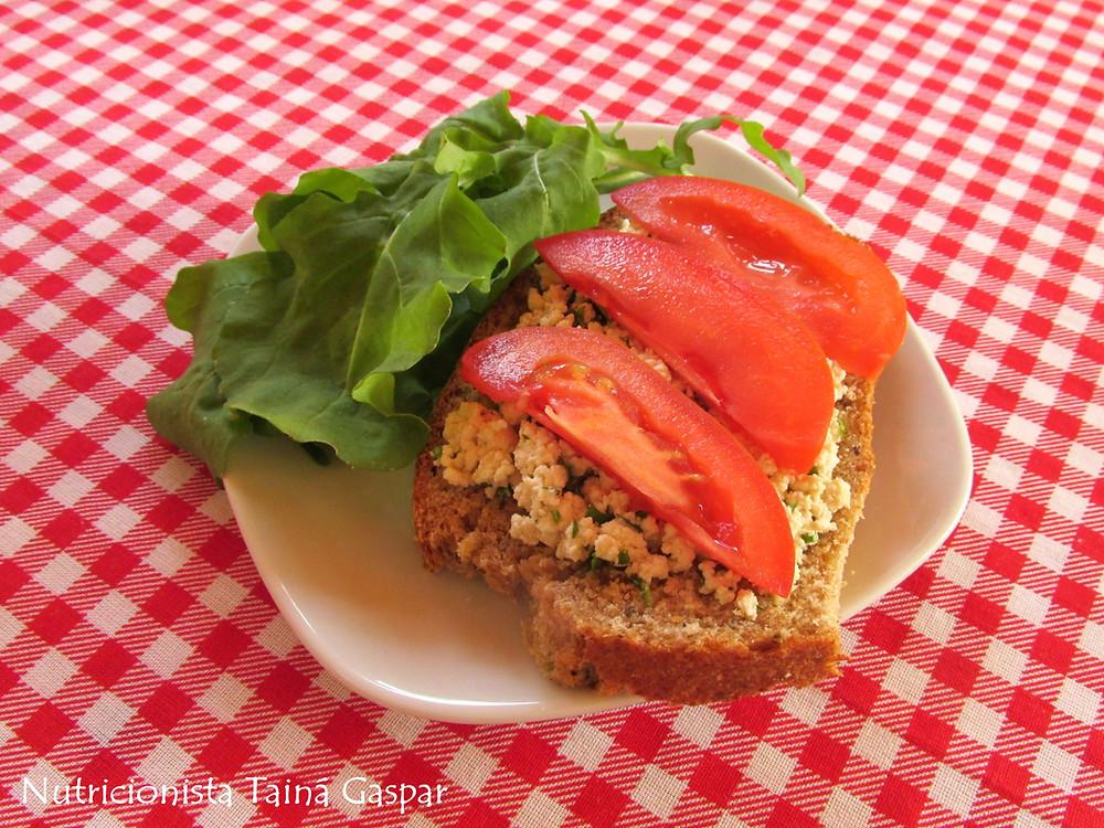 Pão Integral com Patê de Tofu e Salada