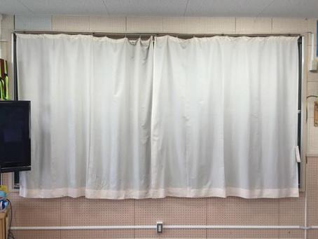 音楽室前面の黒板にカーテンを設置する