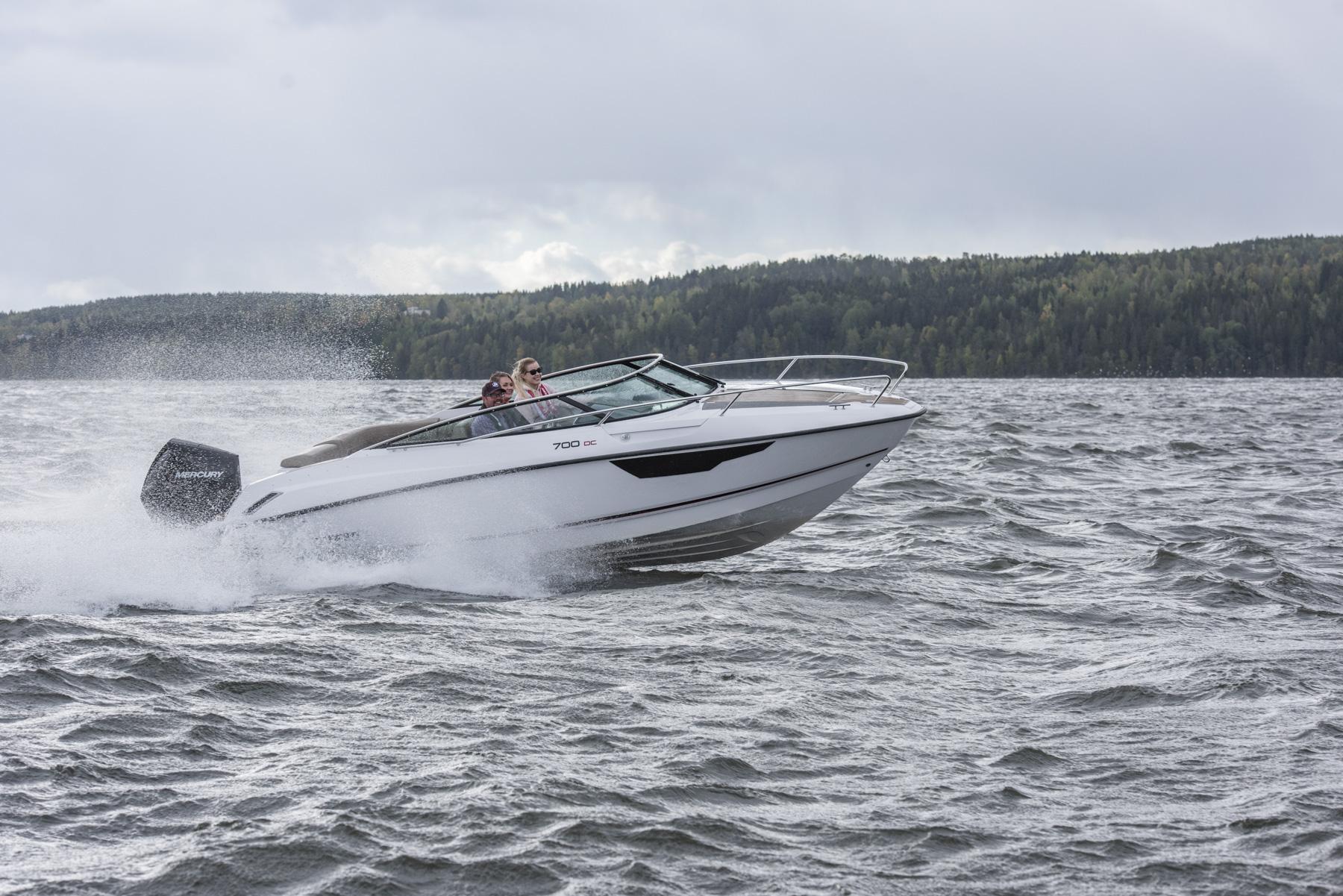 Flipper 700 Day Cruiser underway