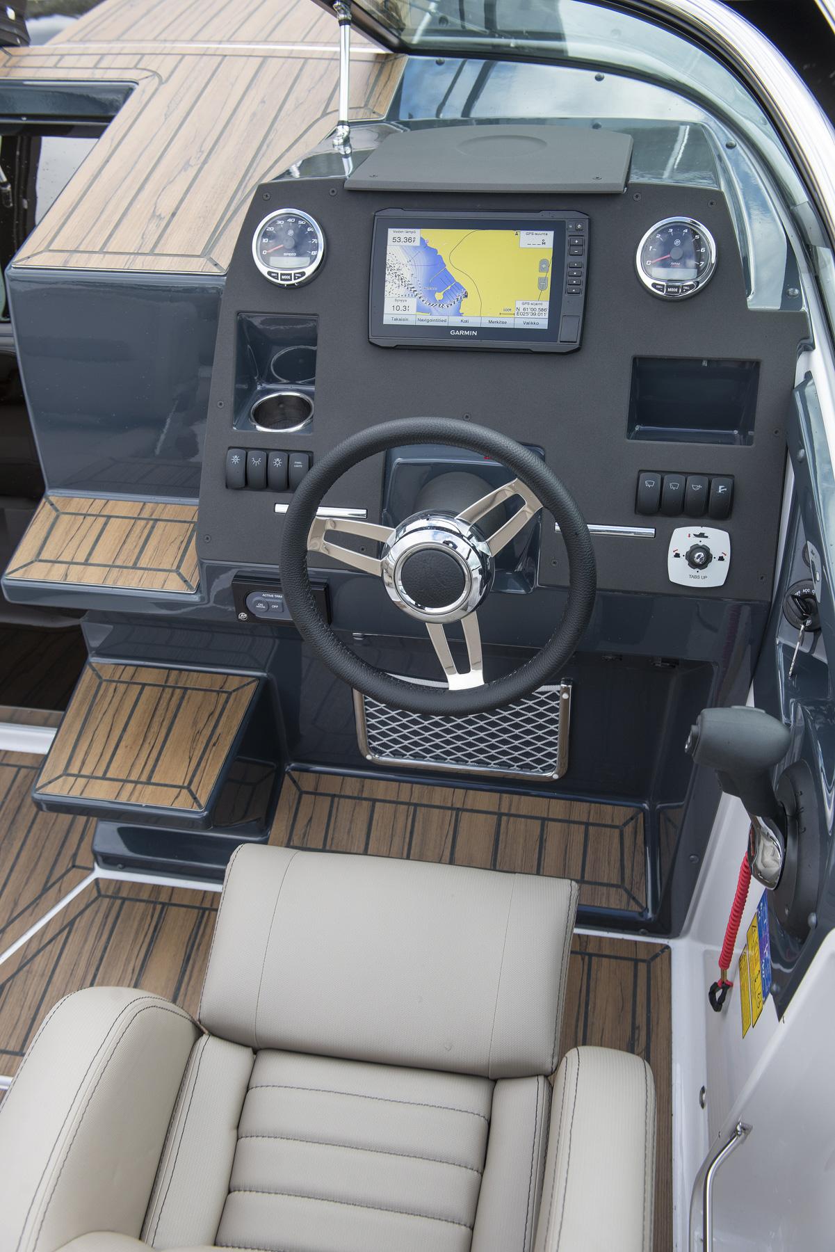 Flipper 650 Day Cruiser helm