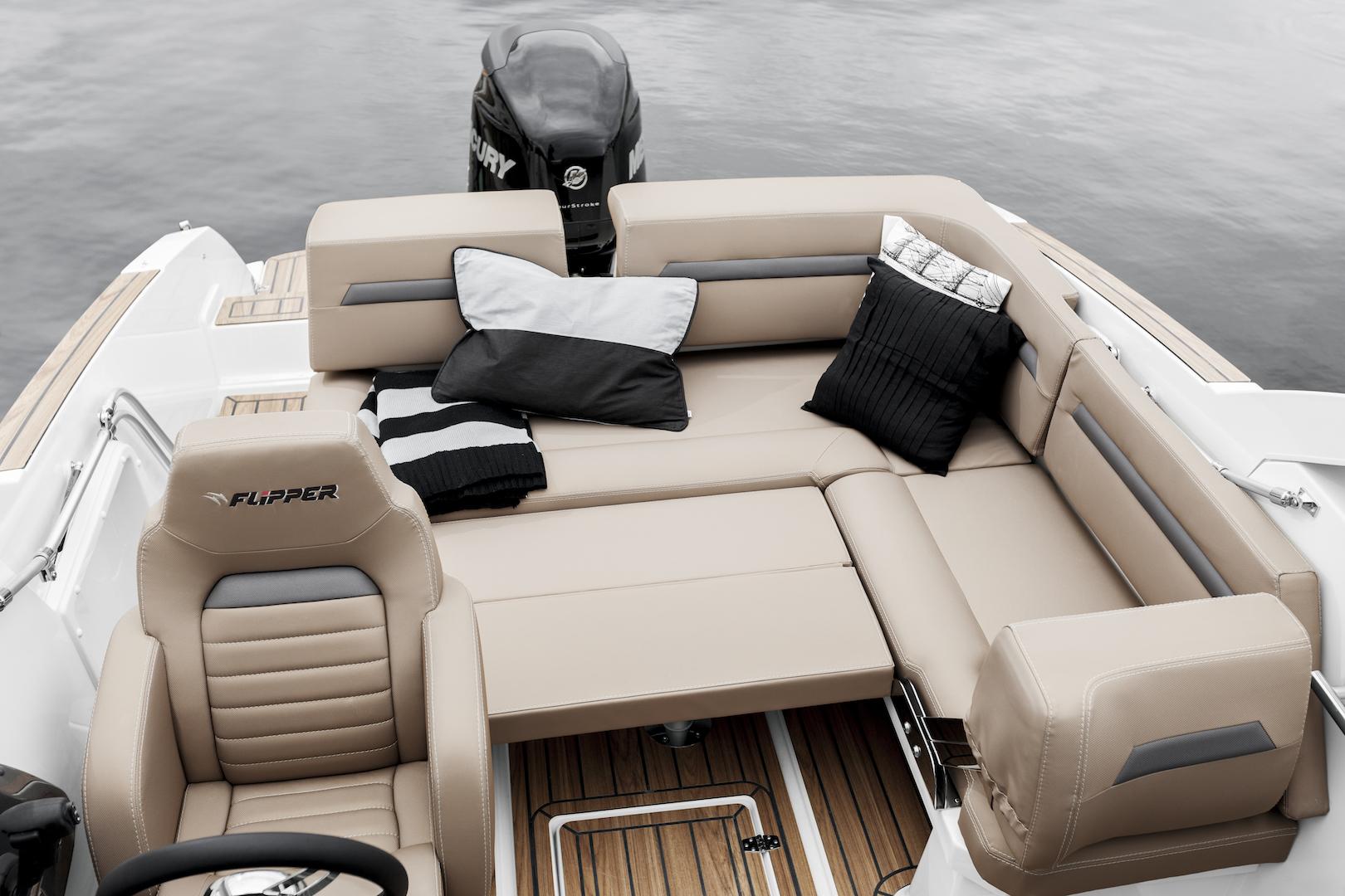 Flipper 700 Sport Top aft bed up