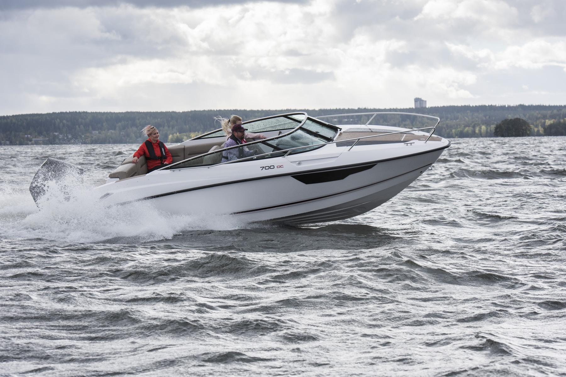 Flipper 700 Day Cruiser at speed