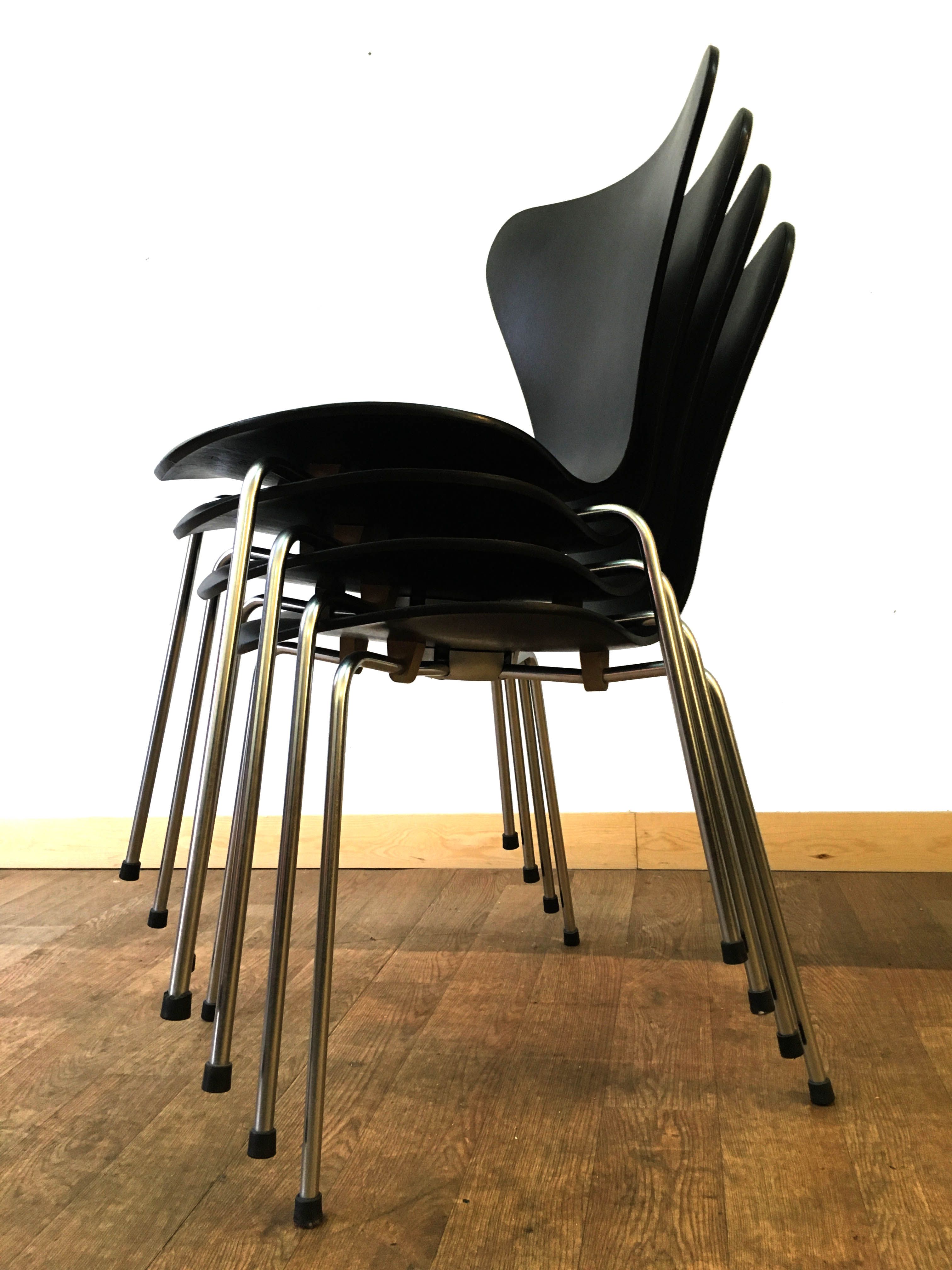 3107 Arne Jacobsen Serie 7 Chairs