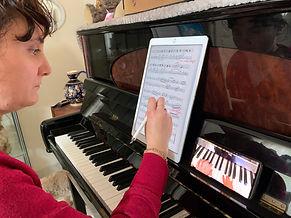 Cours de piano par échange de vidéos. Des cours comme en école de musique mais chez vous quand vous voulez