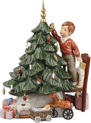 Spieluhr Max schmückt den Weihnachtsbaum