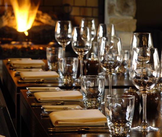 mesa, copas, vasos, fuego, evento institucional, cubieros servilletas
