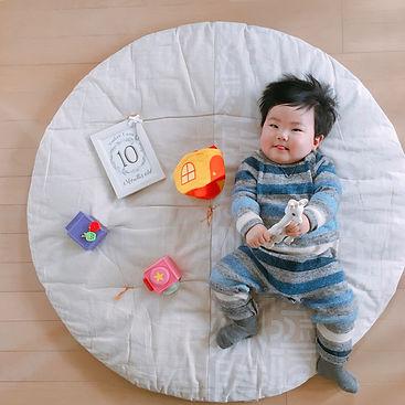 10ヶ月おめでとう! 寝返りすぐにしちゃうので 仰向け月齢フォトを撮るのも一苦労 成長感じる今日この頃
