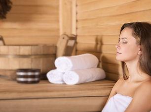 Vrouw in een sauna