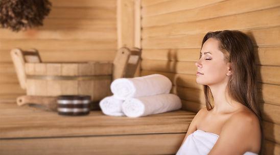 Frau genießt einen Saunagang im Spa Natura (Saunalandschaft Lichterfelde)