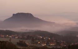 002 Sonnenaufgang Gohrisch Blick auf Stein web
