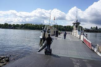 Mit dem Segway auf die Fähre in Bonn.jpg
