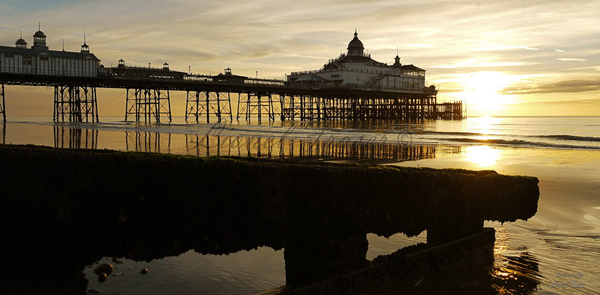 105A7 Sunrise at Eastbourne Pier