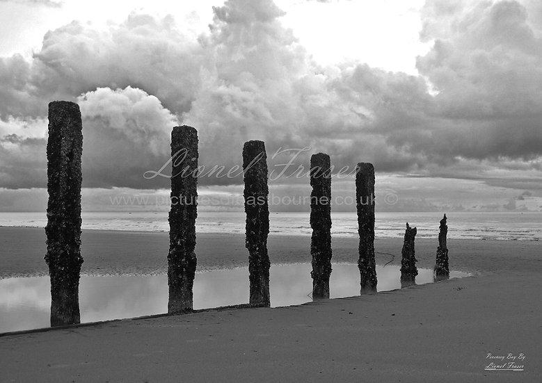 261F-BW Pevensey Bay Monolithic Black & White