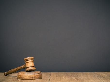 לאיזו ערכאה מסורה הסמכות העניינית בתביעה נגד נושא משרה בגין גזל סוד מסחרי?