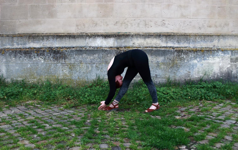 Dandayamana Bibaktapada Janushirasana - Posture du front au genou les jambes séparées - Hot Yoga Bikram
