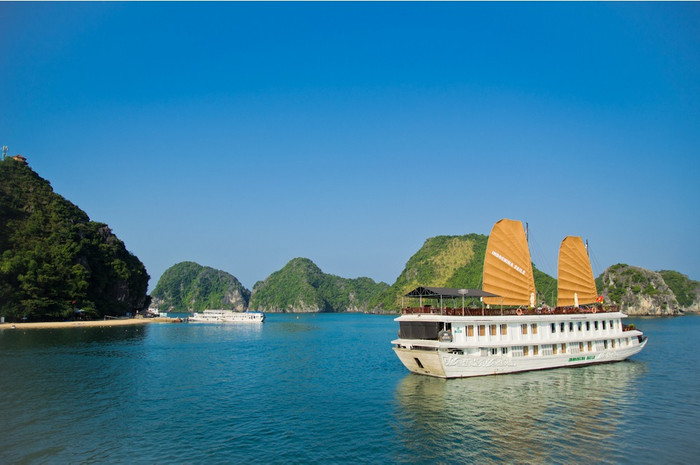 Halong bay - Offshore paradise