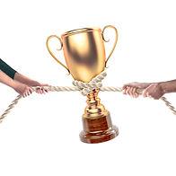 En Pokal, ett rep och två personer som drar i repet