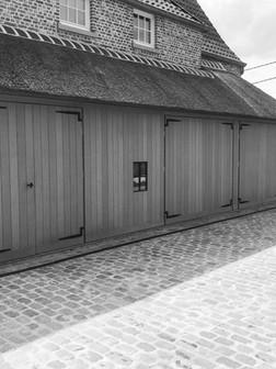 Stalen details op houten poort