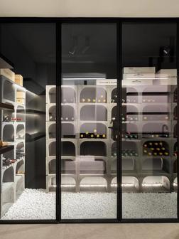 Stalen wijnkast met betonnen indeling