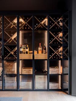 Stalen wijnkast met kruisverdeling