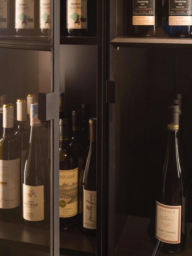 Detail greep stalen wijnkast