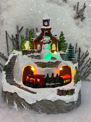 Paesaggio con Pupazzo di Neve, treno luci e musica