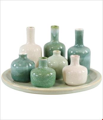 Bottigliette verdi e bianche con vassoio