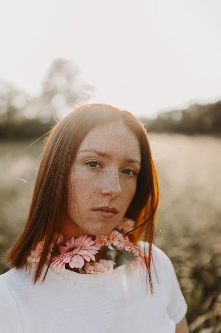 seance photo portrait lyon femme taches de rousseur et fleurs
