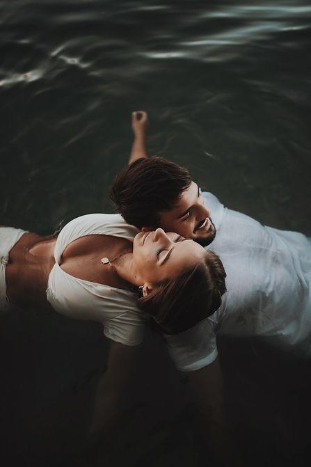 seance photo de couple dans l'eau Lyon