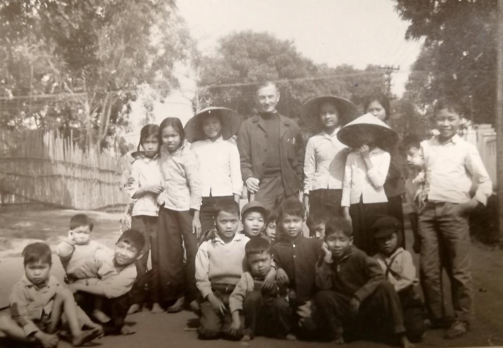Jimbolianul Peter Klein și un grup de copii din Vietnam