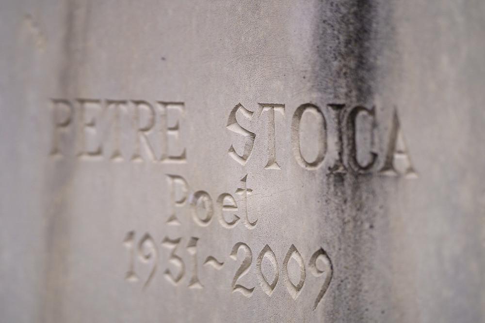 Monumentul funerar al poetului Petre Stoica realizat de artistul Ștefan Călărășanu; Fotografie: Theophil Sotlesz;